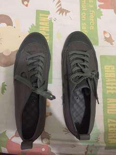 Uniqlo gray sneakers