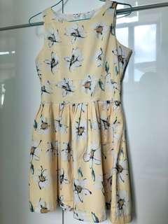 米黃色大花連身裙