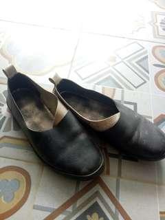 Sepatu gosh hitam