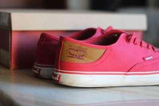 Levi's tennis shoes size 10