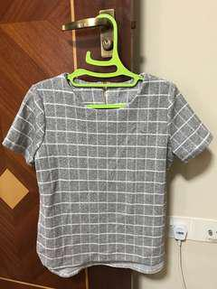 Checkered short sleeves blouse with rounded edge hem and back zip