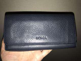 Dompet hitam merk Bonia