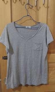 🚚 灰色 V領 口袋 T恤  短袖 上衣