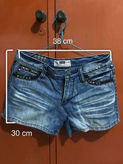 Celana pendek jeans stud