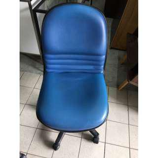 淺藍色皮面無扶手辦公椅 手動升降 電腦椅 辦公椅 主管椅 高級 書桌椅 沙發皮椅 董事長椅 A1467