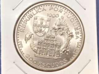澳門由1557年至1999年,由葡葡牙殖民政府統治澳門已四百幾年了,(1557年-1999年紀念幣)上有大三巴,松山燈塔,帆船