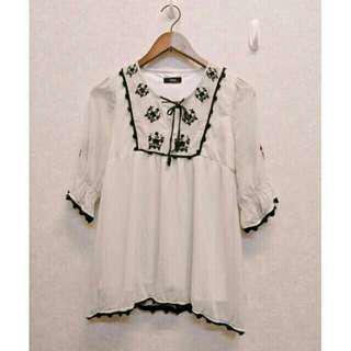 🚚 日貨質感黑色花朵刺繡綁帶喇叭袖七分袖水玉圓點點民族風白色雪紡上衣M號