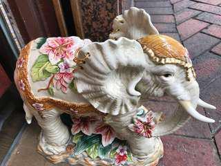 瓷器大象一對$500