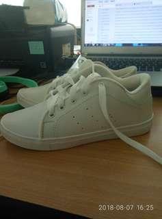 Sepatu sport putih 38