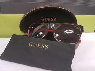 Preloved Guess Women Black Sunglass with red line detailing