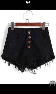 🚚 黑色排扣短褲