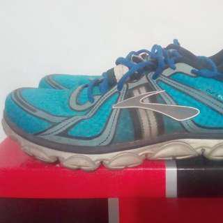 美國專業知名跑鞋Brooks,US10號,底軟好穿,右腳有一小塊磨到,便宜賣,300元。
