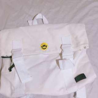 🚚 笑臉刺繡後背包