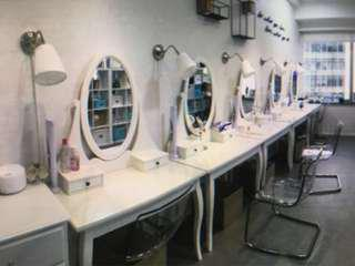 ikea 95% new hemnes 化妝鏡台(原價二千幾),牆燈都有,有興趣可 pm