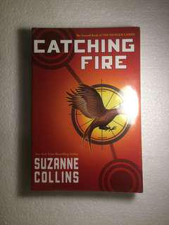 'Catching Fire' by Suzanne Collins / Novel Inggris