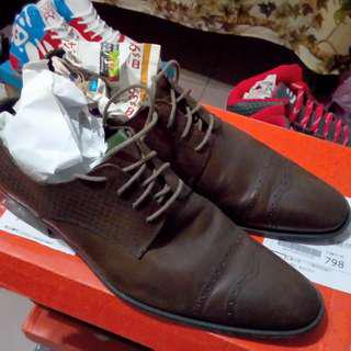 皮爾卡登紳士皮鞋,EU44號,1000元。