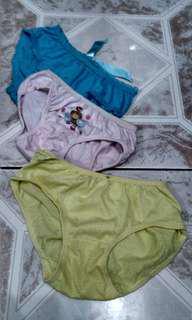 Celana dalam anak perempuan