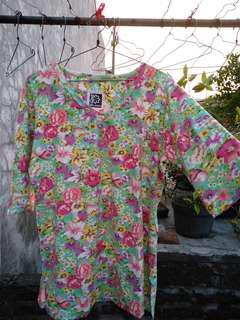 Kaos lengan 3/4 motif bunga