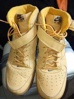 Sepatu boot nike original yah. Baru beberapa kali di pakai masih mulus.