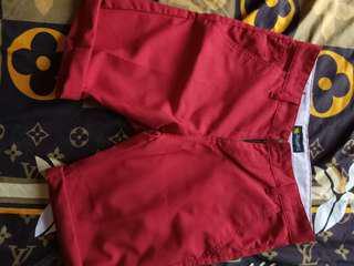 Celana pendek warna merah slimpit yah.