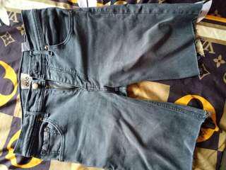 Celana pendek slimpit mrek dari bren ADA. Warna abu.