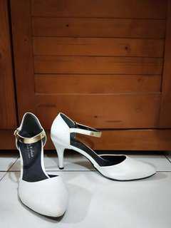 37號白色高跟鞋
