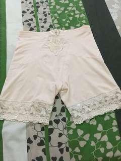 Korset celana pendek