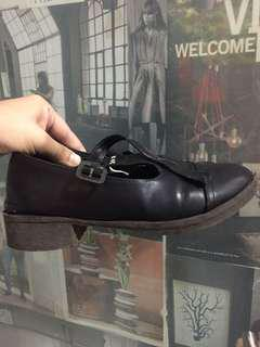 Pantofel hitam