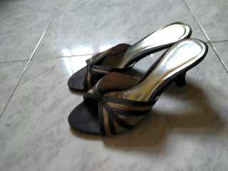Sepatu monokrom
