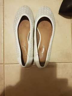 Hush puppy flats leather white size 7.5