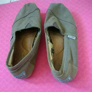 Authentic TOMS Size 5