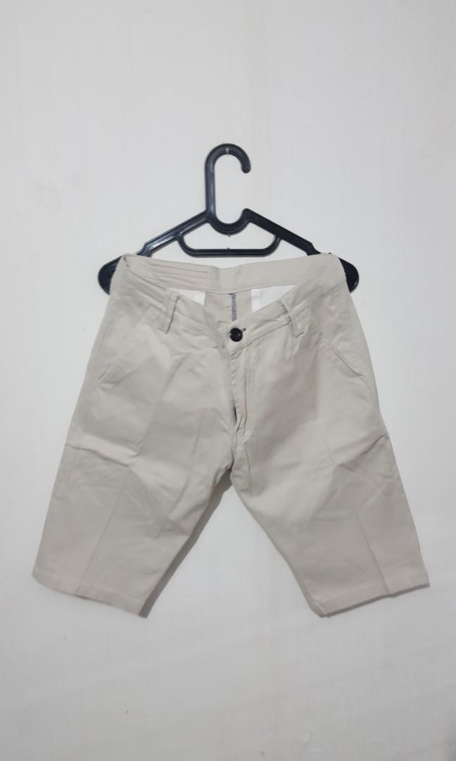 Celana chino pendek putih pria, Men's Fashion, Men's Clothes on Carousell