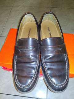 Sepatu kulit asli