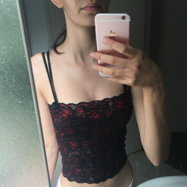 RED LACE CROP