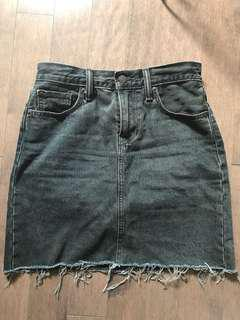 LEVI'S black frayed jean skirt
