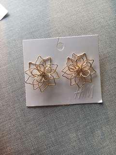 H&M earing gold flower