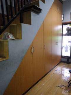 Lemari bawah tangga, lemari baju, lemari pakaian, tempat tidur, backdrobetv, minimalis