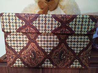 Kotak kado bahan keras model batik