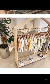 Movable clothes hanger