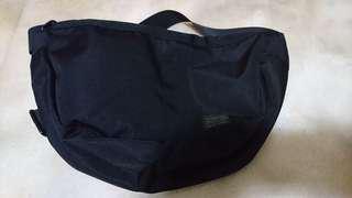 🚚 半月形 黑色 側背包