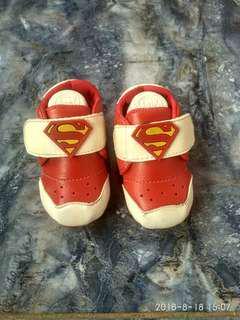 Sepatu superman