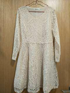 Lace dress in cream L