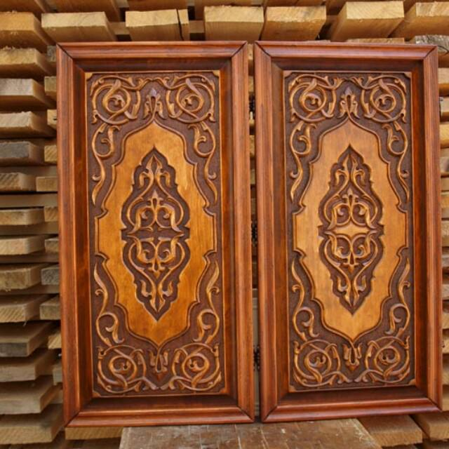 backgammon-pieces are carved, hand-made. Size 70 by 70 cm. In the kit there is also a casket for the figures