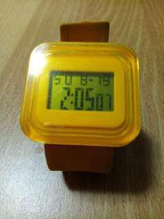 🚚 黃色方形電子錶