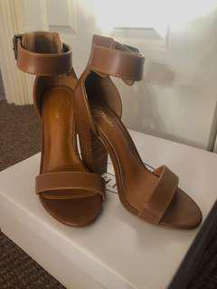 Spurr tan heels sz5