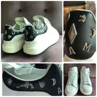 🚚 限量款專櫃正品Alexander McQueen 白色+ 黑色真皮革 低筒飾釘厚底運動休閒鞋-男女鞋皆可