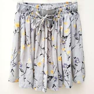 (只穿2次)淡灰印花圖案裙褲 (Worn twice only) Light grey floral print/ patten pantskirt/ culottes