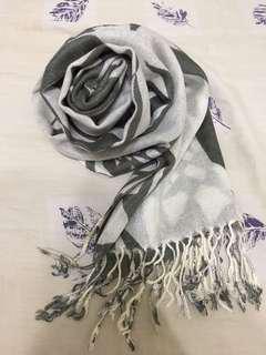 🚚 灰白色薄圍巾