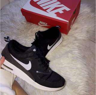 *MINT CONDITION NIKE THEAS*