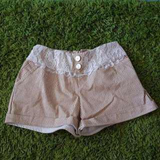 🚚 卡其直條紋蕾絲短褲